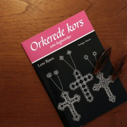 Orkerede kors som bogmærker - Hanne Pedersen